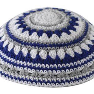 """כיפה סרוגה שטיח 18 ס""""מ כחול לבן ואפור"""