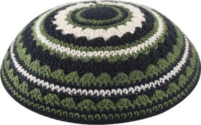 כיפה סרוגה שטיח 18 סמ שחור בז' וירוק זית