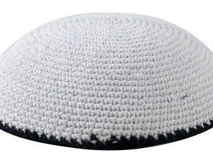 כיפה סרוגה 16 סמ לבן מסביב פס שחור