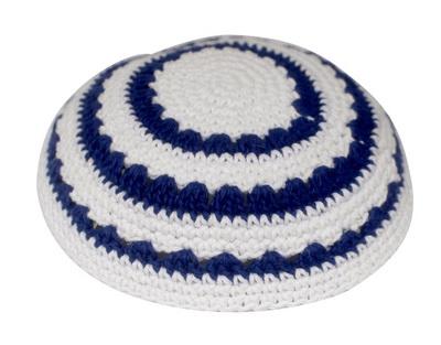 כיפה סרוגה שטיח 18 סמ רקע לבן עיטור כחול