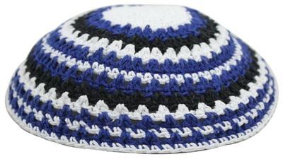 כיפה סרוגה שטיח 18 סמ כחול לבן שחור