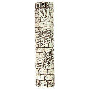 """מזוזת פוליריזן דמוי אבן בגוון חום 20 ס""""מ """"ברוך בבואך ובצאתך"""" עם פקק גומי"""