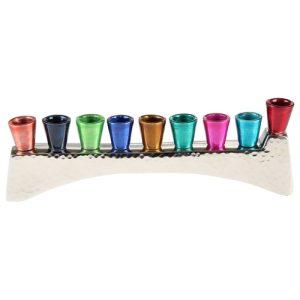 """חנוכייה אלומיניום לנרות עם קנים צבעוניים 5x22 ס""""מ"""